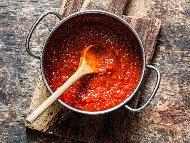 Рецепта Доматен сос с доматено пюре, лук и брашно за паста, пица и месо